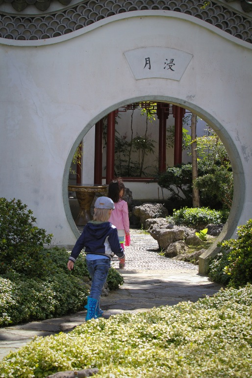 Kinderen in Chinese tuin